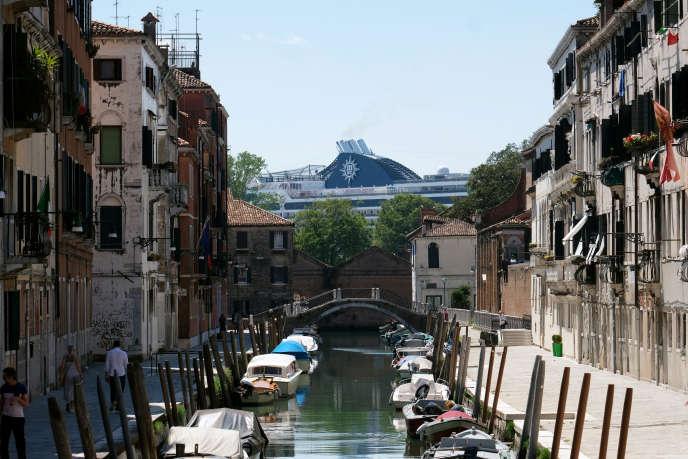 « En 2013, le comité Cruise Venice a porté plainte contre Gianfranco Bettin, député des Verts, ancien adjoint à l'environnement de la ville de Venise et contre moi pour atteinte à la navigation » (Le « MSC Opera » le 2 juin à Venise).