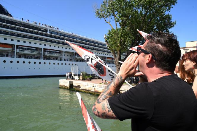 Protestation des militants du mouvementNo Grandi Navi à Venise, le 2 juin après l'accident causé par le bateau de croisière MSC Opera.