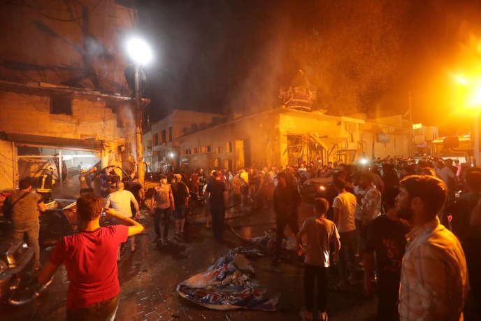 Un rassemblement de personnes sur le lieu de l'attentat à Azaz en Syrie, le 2 juin.