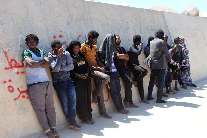 Des migrants ayant été arrêtés par des garde-côtes libyens après un accident au large de Garabulli, à 60 kilomètres à l'est de Tripoli, le 2 juin 2019.