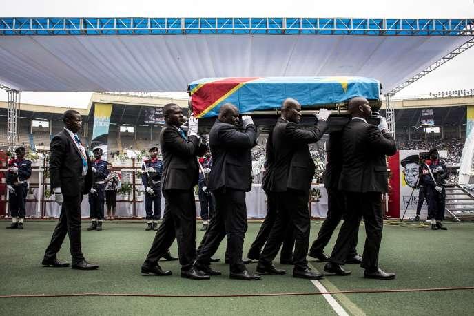 Des porteurs transportent le cercueil d'Etienne Tshisekedi au Stade des Matyrs, à Kinshasa, le 31 mai.