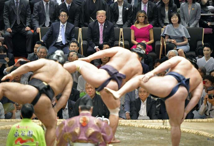 Le président américain Donald Trump, assiste à la dernière journée du grand tournoi d'été de sumo, le 26 mai, à Tokyo.