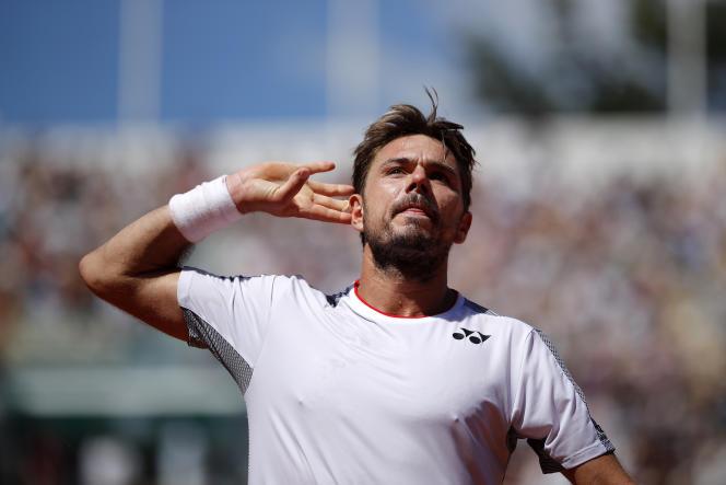 Fidèle à sa réputation de sympathique guerrier, Stan Wawrinka a constamment joué avec le public du court Suzanne-Lenglen, dimanche 2 juin, lors de son huitième de finale face à Stefanos Tsitsipas, à Roland-Garros.