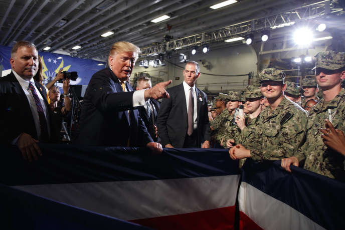 Donald Trump, lors de sa visite à bord du USS Wasp, à Yokosuka (Japon), le 28 mai.