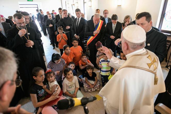 Le pape en Roumanie le 2 juin avec des membres de la communauté rom.