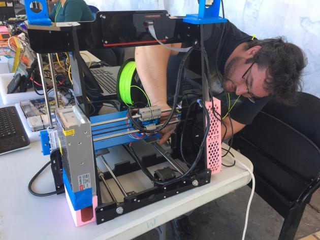 Alexandre a fondé Ludigeek, un atelier mensuel bénévole à Toulouse pour initier les enfants et les débutants aux rudiments de l'informatique, à l'impression 3D ou encore de la sécurité des données.