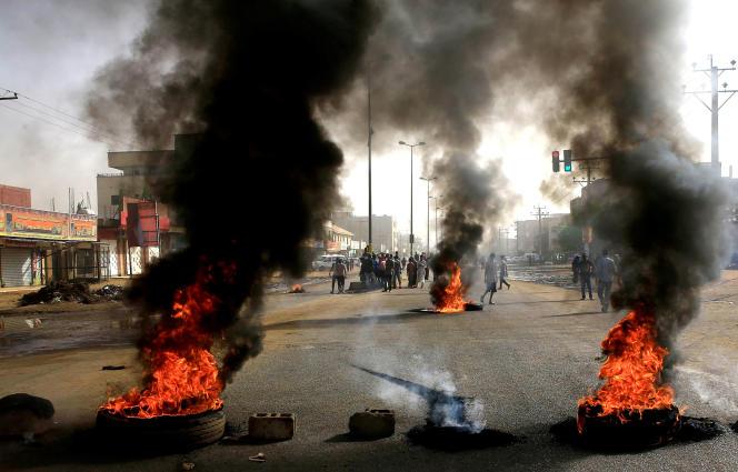 Des manifestants soudanais érigent une barricade dans une rue en utilisant des pneus en feu, à Khartoum (Soudan), le 3 juin.