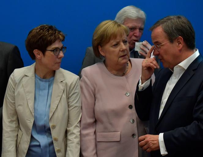 Annegret Kramp-Karrenbauer, présidente de la CDU, la chancelière Angela Merkel et Volker Bouffier chef adjoint du parti, à Berlin, le 2 juin.