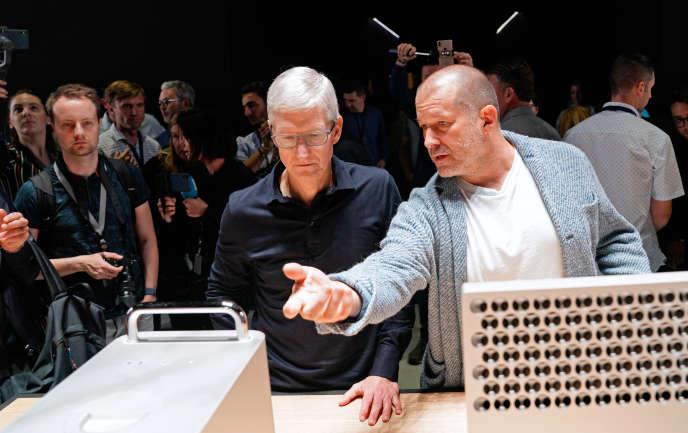 Le patron d'Apple, Tim Cook et le designer de la marque à la pomme, Jonathan Ive (à droite), lors de la conférence des développeurs de l'entreprise américaine, à San José, en Californie, le 3 juin.
