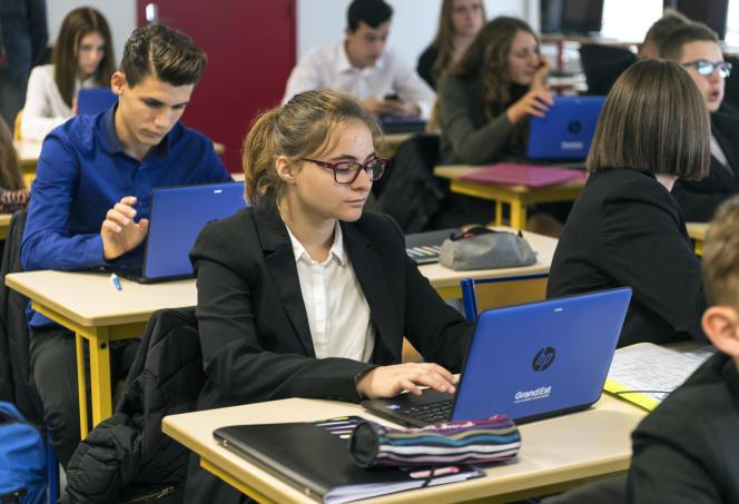 Des lycéens utilisent des ordinateurs en classe, à Bischwiller (Bas-Rhin), en septembre 2017.