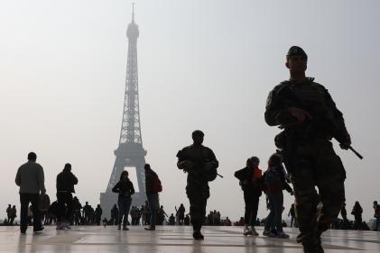 Une patrouille de l'opération «Sentinelle» place du Trocadéro à Paris, le 30 avril.