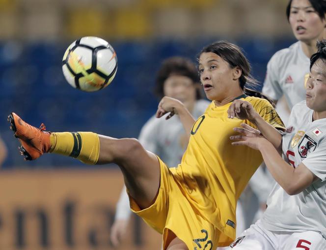 L'Australienne Samantha Kerr (en jaune) fait partie des joueuses qui dénoncent l'écart entre les primes accordées aux joueuses et au joueurs en Coupe du monde.