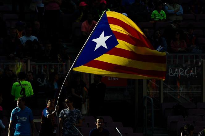 Drapeau pro-indépendance en Catalogne, le 12 mai à Barcelone.