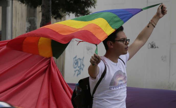 Un militant des droits LGBT devant les locaux de la Cour constitutionnelle équatorienne qui devait se prononcer sur le mariage entre personnes de même sexe, le 4 juin à Quito.
