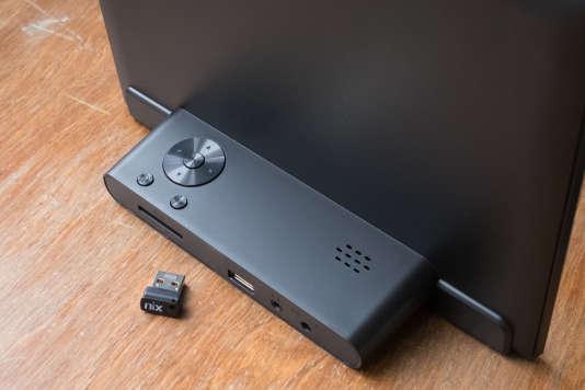 L'Advance de Nixplayest est doté d'une entrée pour carte SD, d'un port USB et d'un jack pour les écouteurs. Nixplay fournit une clé USB de 8 Go que l'on voit ici.