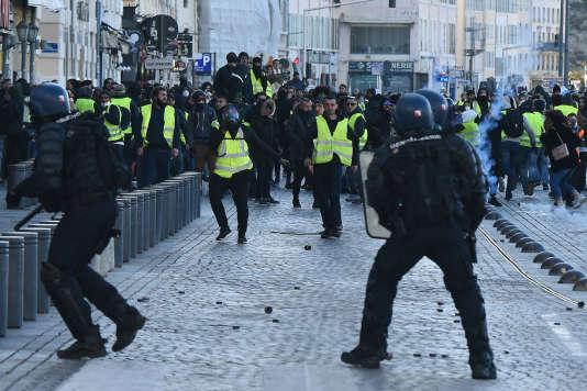 Des heurts en marge de la manifestation de « gilets jaunes» à Marseille, le 8 décembre 2018.