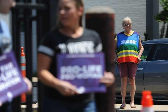 Une femme reste à disposition pour escorter jusqu'auPlanning familial, lors d'une manifestation anti-avortement à Saint-Louis (Missouri), le 4 juin.