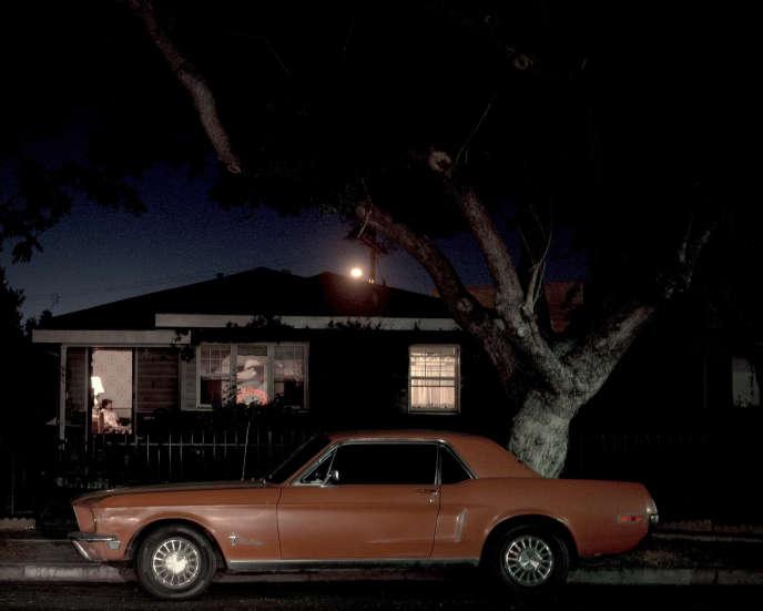 Une vieille Ford Mustang dans une rue américaine.