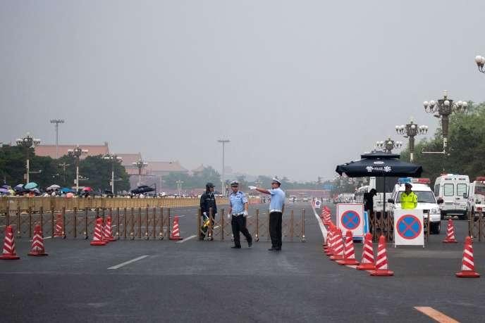 Des forces de sécurité bloquent les accès à la place Tiananmen, à Pékin, le 4 juin 2019.