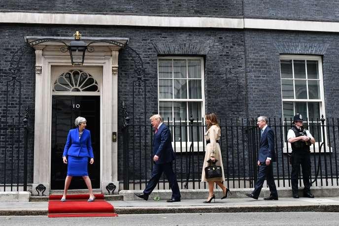 Le président américain, Donald Trump, arrivant à Downing Street, mardi à la mi-journée, pour rencontrer Theresa May.