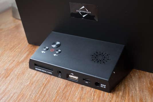 L'Ever Frames V08 a une fente pour carte SD, une entrée pour les écouteurs, un port USB ainsi qu'un port mini USB pour les appareils photo. Comme tout cadre doté d'un pied, le V08 ne peut être posé qu'en format paysage.