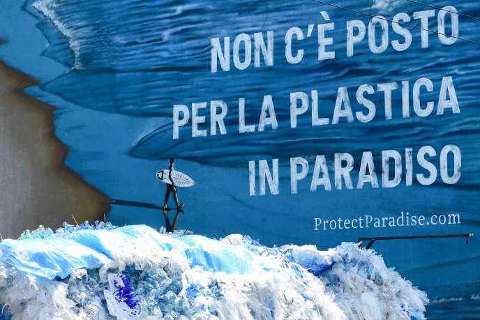 « Il n'y a pas de plastique au paradis», est-il écrit sur cette affiche murale de l'artisteMario Jin, placardée àNaviglio, près de Milan (Italie).