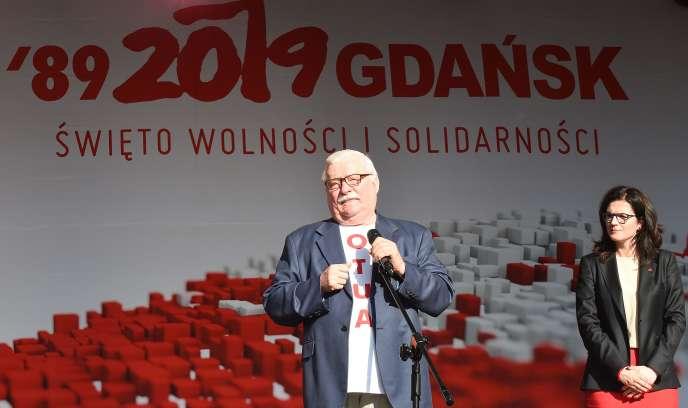 L'ancien président polonais et ex-dirigeant de Solidarnosc, Lech Walesa, le 4 juin 2019 à Gdansk. A ses côtés, la maire de la ville,Aleksandra Dulkiewicz.