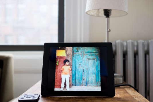 Le Seed de Nixplay affiche des photos superbes, offre une installation facile et permet de gérer les images efficacement.