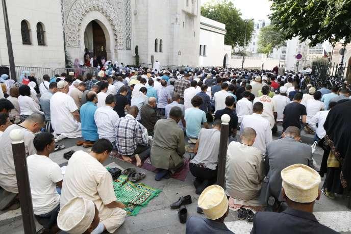 Prière devant la Grande Mosquée de Paris à l'occasion de l'Aïd el-Fitr.