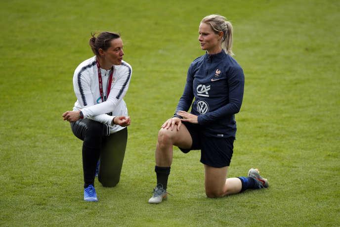 La sélectionneuse des Bleues, Corinne Diacre, avec la capitaine, Amandine Henry, lors d'un entraînement à Clairefontaine, le 29 mai.