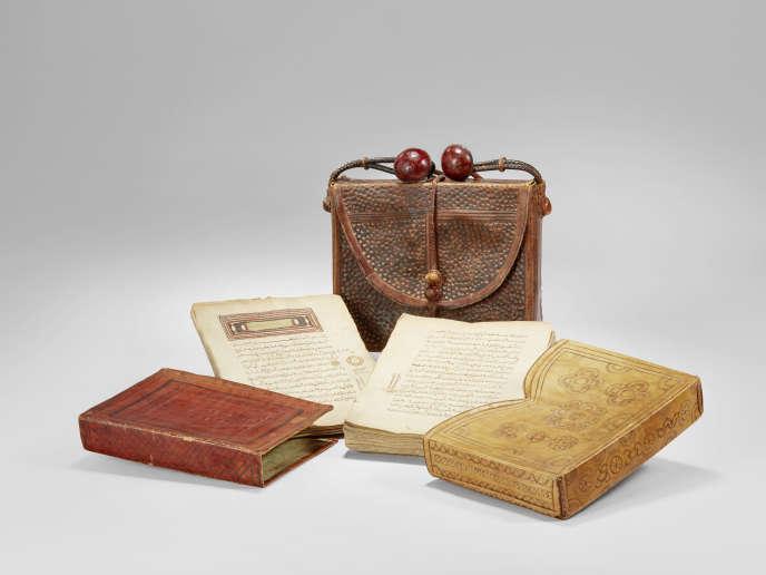 Coran manuscrit et étuis, Mauritanie, cuir et papier, fin XIXe-début XXe siècle.