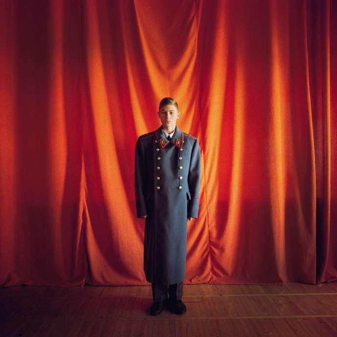 Anatoly, cadet dans un lycée militaire, porte un manteau de vétéran de l'armée retrouvé dans le musée de l'établissement, 2017.