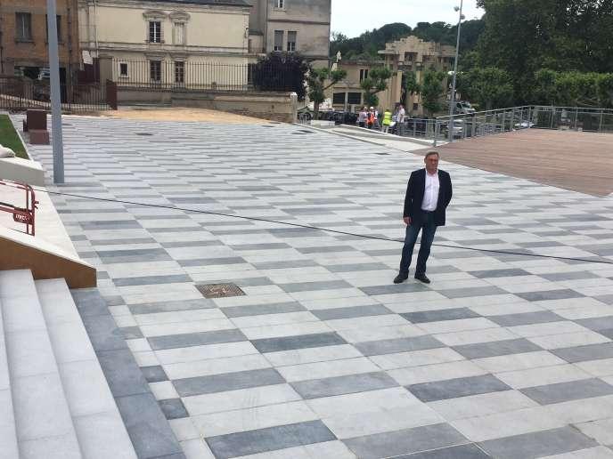 Nicolas Sansu, le maire de Vierzon, sur la nouvelle place Jacques-Brel.
