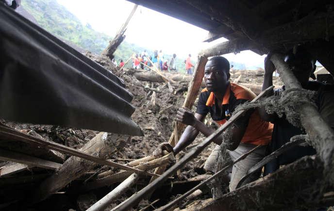 Un homme recherche des personnes disparues après un glissement de terrain à Bududa, en Ouganda, en mars 2010.