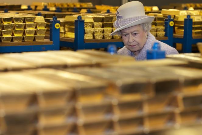 Elizabeth II, devant les lingots de la Banque d'Angleterre, le 13 décembre 2012, à Londres.
