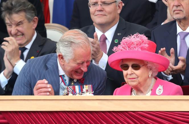 Le Prince Charles s'amuse à côté de la reine Elizabeth II durant les commémorations.