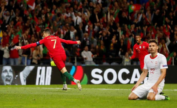 Cristiano Ronaldo célèbre son triplé face à la Suisse, mercredi 5 juin à Porto.