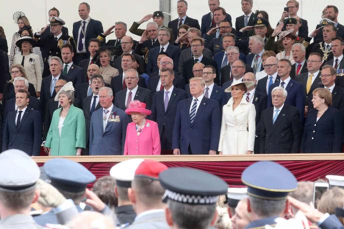 Emmanuel Macron, Theresa May, le prince Charles, la reine Elizabeth II, Donald et Mélania Trump, le président grecProkopis Pavlopoulos et Angela Merkel participent à la cérémonie de commémoration du « Jour J », le 5 juin à Portsmouth.