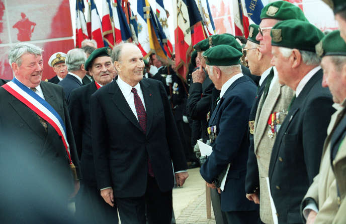 Le 6 juin 1994, à Ouistreham, François Mitterrand passe en revue les vétérans des 177 fusiliers marins des Forces français libres du commando Kieffer, seuls Français ayant débarqué en Normandie le 6 juin 1944.