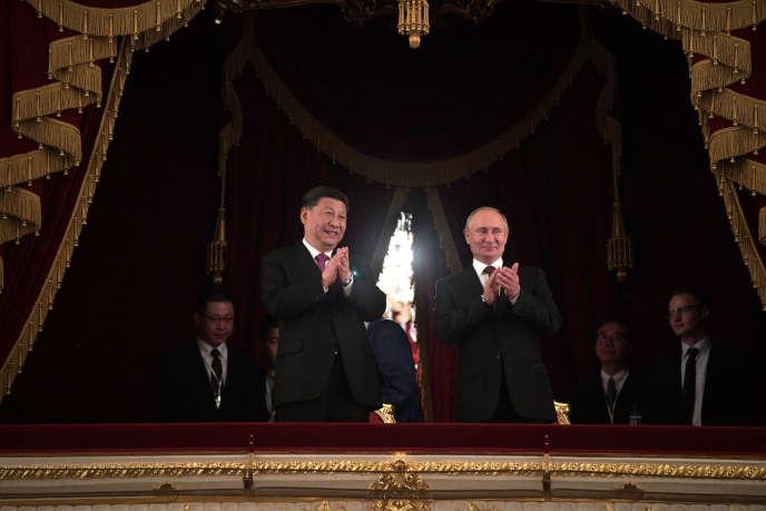 Le président chinois Xi Xinping et le président russe Vladimir Poutine, à l'occasion de la cérémonie du 70e anniversaire des relations diplomatiques entre les deux pays. Au théâtre du Bolchoï, à Moscou, le 5 juin 2019.