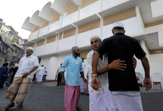 Un volontaire fouille les fidèles à l'entrée d'une mosquée, à l'occasion de la rupture du jeûne à la fin du ramadan, à Colombo, le 5 juin.