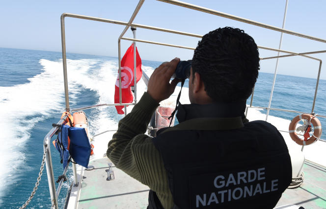 Un bateau de la garde nationale tunisienne patrouille en mer Méditerranée, au large de Zarzis, en mai 2015.