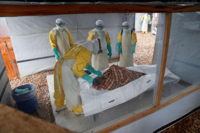 Des agents de santé préparent le corps d'un patient mort du virus Ebola dans un centre de soins à Butembo, dans la province du Nord-Kivu, en République démocratique du Congo, en mars 2019.