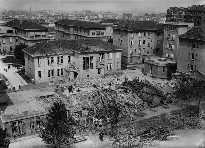 Les ruines de l'hôpital Bichat, détruit par un bombardement. Photo prise le 26 août 1944, au lendemain de la libération de Paris.