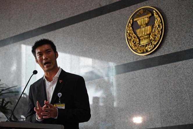 Thanathorn Juangroongruangkit, chef de file de l'opposition, le 5 juin à l'extérieur du Parlement, à Bangkok.