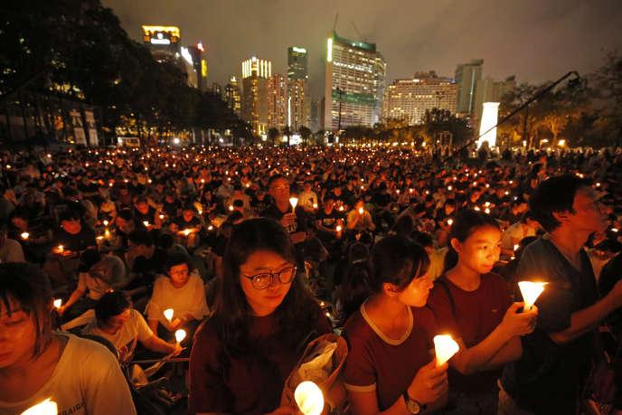 Veillée en souvenir de Tiananmen, dans le parc Victoria de Hongkong, mardi 4 juin.