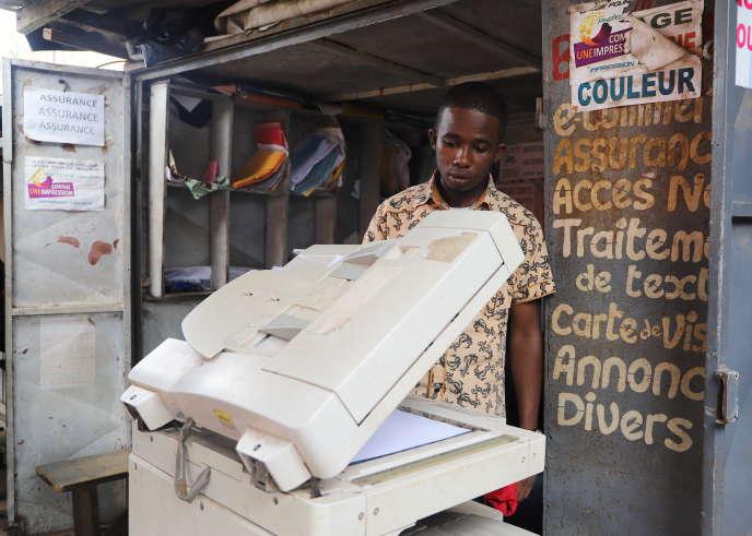 Amadou Thierno est imprimeur dans la rue du port. Il ne travaille presque plus mais dit venir«par habitude».