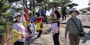 Près de mille touristes chinois franchissent chaque jour la frontière. Ici, près du lac Samil, sur les monts Kumgang.