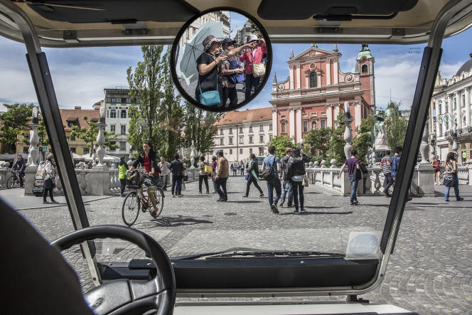 Des véhicules électriques Kavalir permettent aux personnes à mobilité réduite de se déplacer dans la zone piétone de la capitale slovène, Ljubljana.