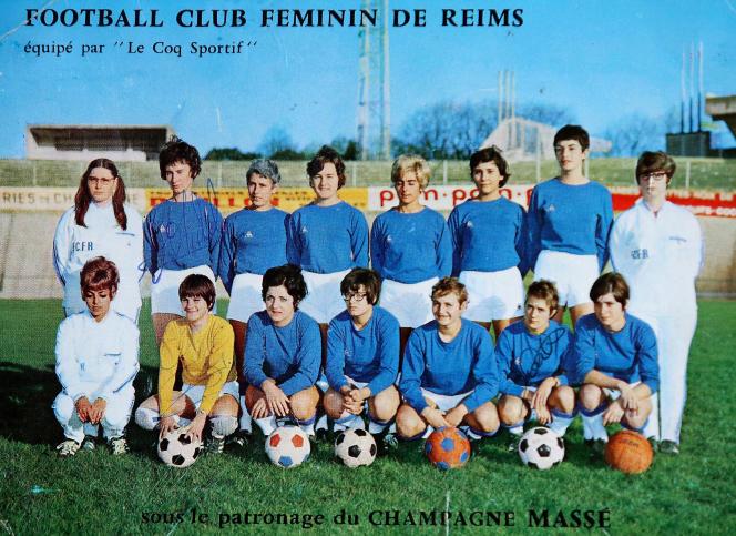 «Depuis sa création, le Football-Club féminin de Reims tire ses seules ressources financières, ou presque…, de la vente de cartes postales représentant l'équipe.»
